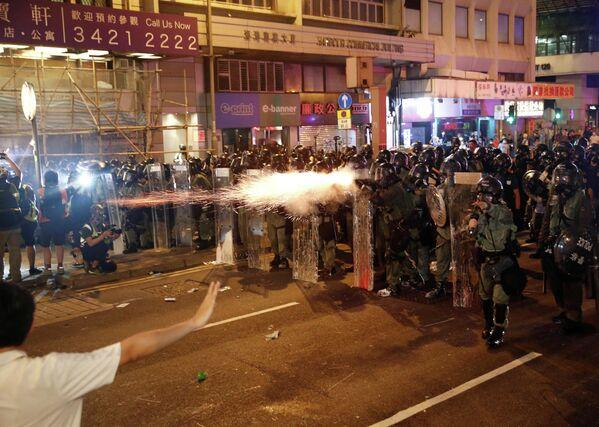 Полиция разгоняет демонстрантов в Гонконге