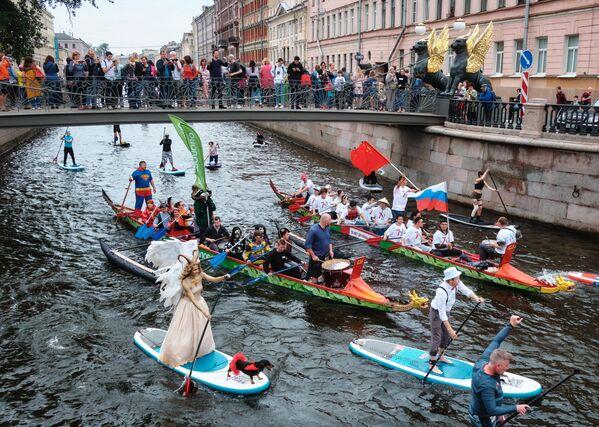 Зрители наблюдают за участниками фестиваля Фонтанка-SUP с Банковского моста на реке Фонтанке в Санкт-Петербурге