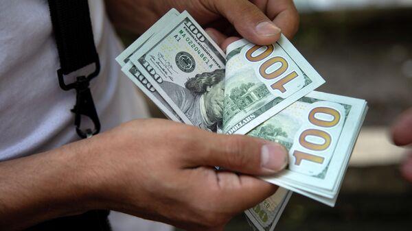 Мужчина считает деньги