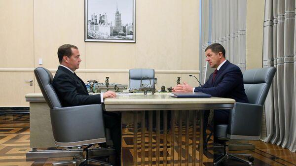 Дмитрий Медведев и президент ПАО Ростелеком Михаил Осеевский во время встречи. 26 июля 2019