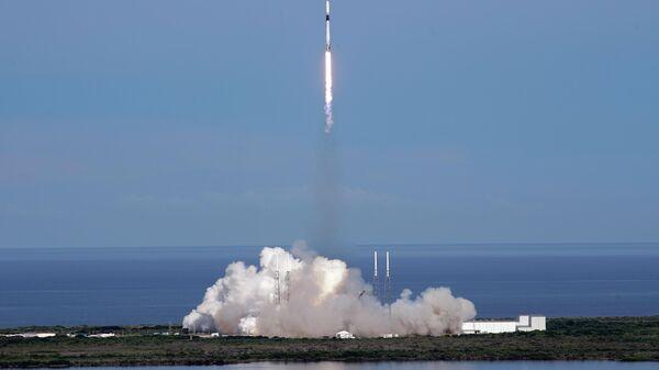 Старт ракеты-носителя Falcon 9 с космическим кораблем Dragon с грузом для Международной космической станции  с космодрома на мысе Канаверал