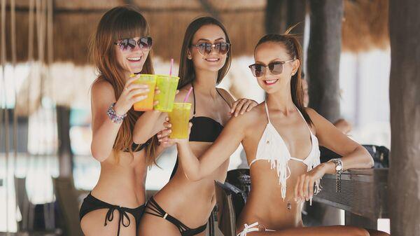 Девушки в баре на пляже