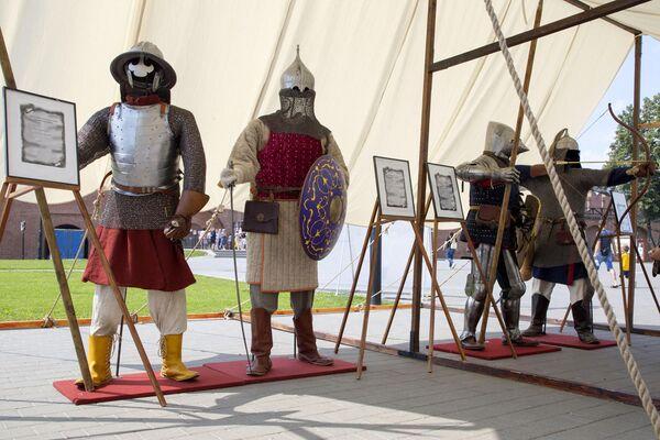 Организаторы подготовили для гостей выставку исторической реконструкции костюмов и доспехов XIII‒XVII веко
