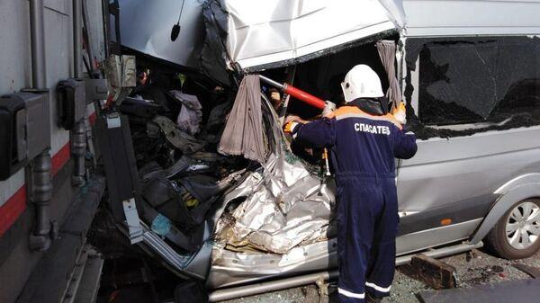 Сотрудник МЧС на месте ДТП с участием микроавтобуса и грузовика в Ростовской области. 29 июля 2019