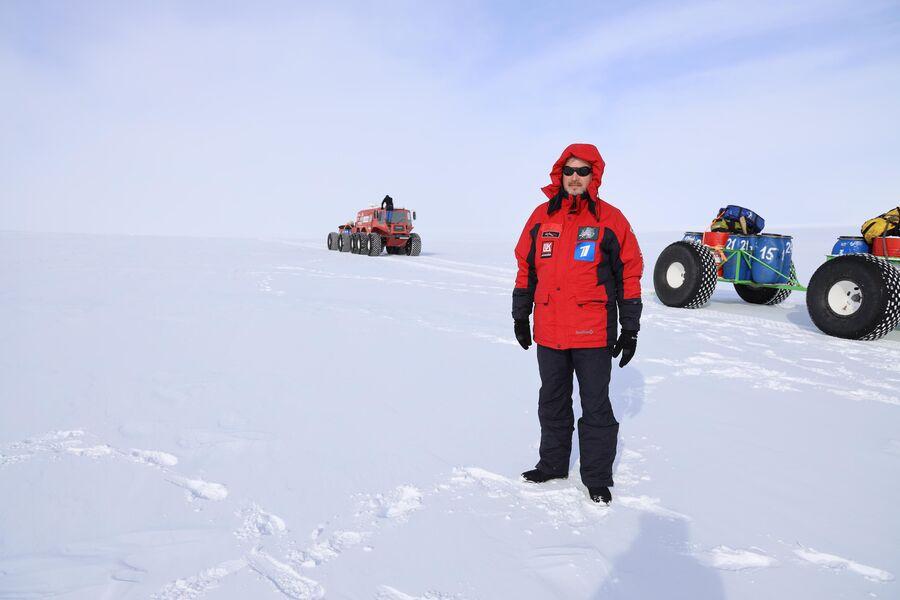 Антарктида. Валдис Пельш, на фоне вездеходов