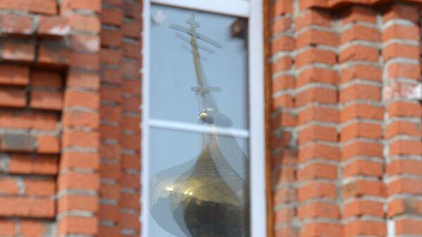 Отражение в окне купола строящегося храма