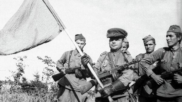 Старший лейтенант Василий Зайцев со знаменем переходит Государственную границу с Восточной Пруссией в районе Кудиркос-Науместис. 3-й Белорусский фронт