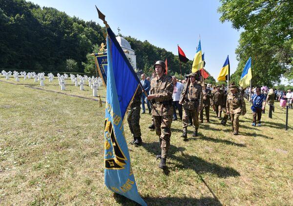 Церемония перезахоронения солдат, погибших в сражении при Бродах в июле 1944 года, в селе Красное Золочевского района Львовской области