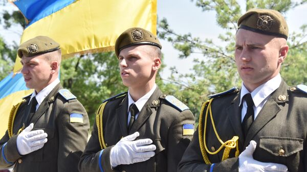 Военнослужащие на церемонии перезахоронения солдат, погибших в сражении при Бродах в июле 1944 года, в селе Красное Золочевского района Львовской области