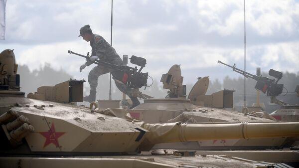 Военнослужащий команды армии Китая на танке Type 99 перед началом международных соревнований Танковый биатлон-2019