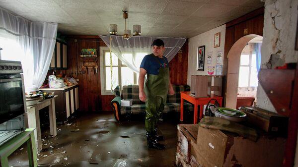 Мужчина в подтопленном жилом доме в поселке Большой Луг Иркутской области