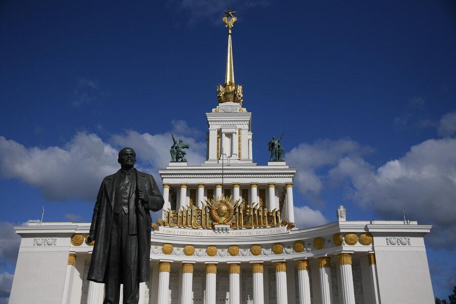 Памятник В. И. Ленину у павильона №1 Центральный на ВДНХ в Москва