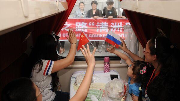 Пассажиры туристического поезда Великий Чайный путь Маньчжурия - Сибирь прощаются с родными и близкими на станции Маньчжурия