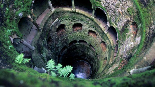Колодец посвящений в старинном замке Квинта да Регалейра, принадлежавшем богачу и массону Антонио Карвальо Монтейро. Город Синтра, недалеко от Лиссабона