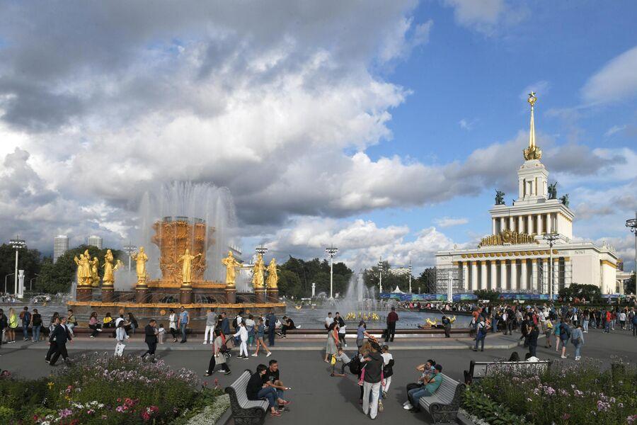 Фонтан Дружба народов и Центральный павильон на ВДНХ в Москве