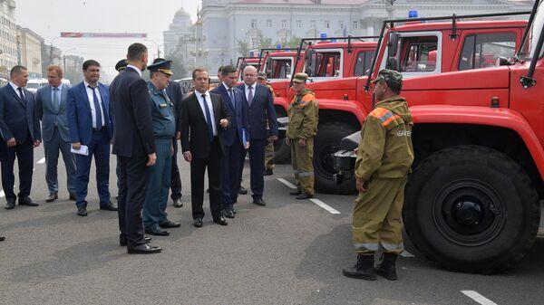 Председатель правительства РФ Дмитрий Медведев во время осмотра специализированной лесопожарной техники на площади Ленина в городе Чита. 1 августа 2019