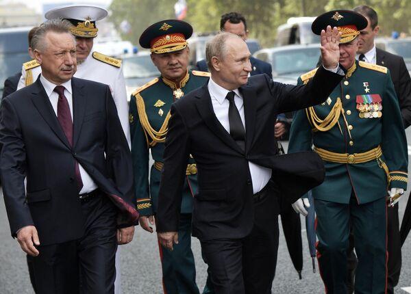 Президент РФ, верховный главнокомандующий Владимир Путин во время прогулки по Адмиралтейской набережной после Главного военно-морского парада по случаю Дня Военно-морского флота РФ в Санкт-Петербурге