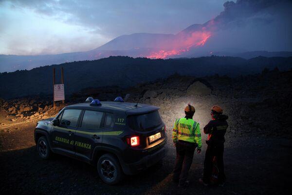 Сотрудники Финансовой гвардии наблюдают за извержением вулкана Этна на Сицилии