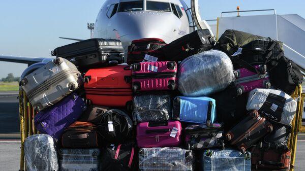 Багаж пассажиров самолета Boeing 737-800 авиакомпании Smartavia в аэропорту Толмачево