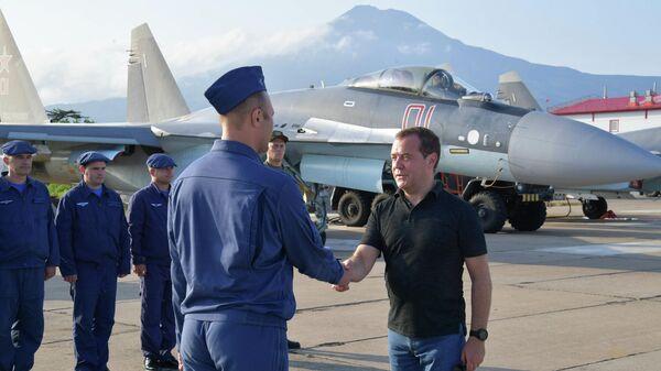 Председатель правительства РФ Дмитрий Медведев общается с экипажами многоцелевых сверхманевренных истребителей Су-35 ВКС России, которые несут боевое дежурство на острове Итуруп, входящем в южную часть Курильской гряды. 2 августа 2019