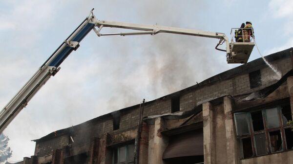 Сотрудники противопожарной службы тушат пожар в цехе по обработке шерсти во Владикавказе. 2 августа 2019