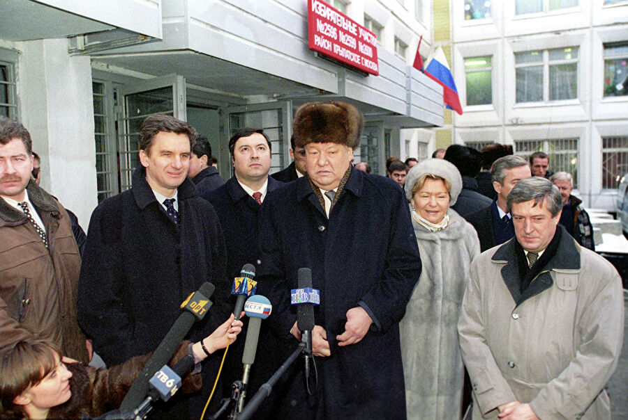 Президент России Борис Ельцин и его супруга Наина Ельцина на избирательном участке дают интервью после голосования