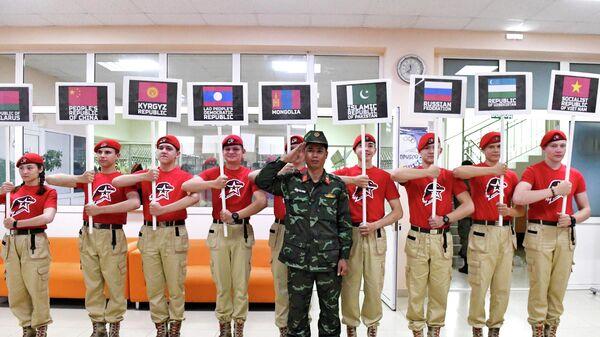 Юнармейцы держат таблички с флагами стран-участниц международных армейских игр АрМИ - 2019