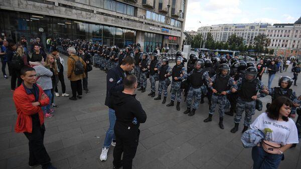 Сотрудники Росгвардии обеспечивают порядок во время несанкционированной акции в поддержку незарегистрированных кандидатов в Мосгордуму. 3 августа 2019