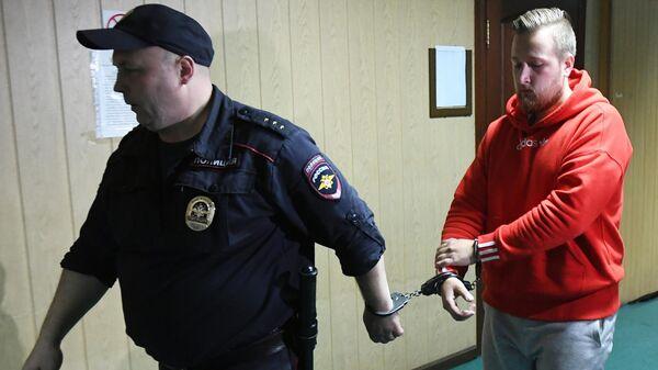 Сергей Абаничев, обвиняемый по уголовному делу о массовых беспорядках в центре Москвы 27 июля, перед началом заседания Пресненского суда города Москвы