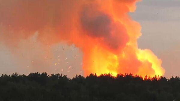 Пожар на складе хранения артиллерийских боеприпасов на территории воинской части в Ачинском районе Красноярского края. Стоп-кадр с видео