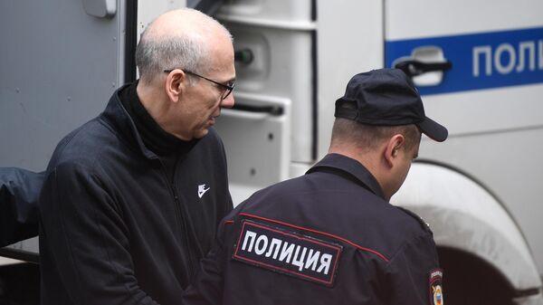 Бывший министр финансов Московской области Алексей Кузнецов перед началом заседания Басманного суда города Москвы. 6 августа 2019