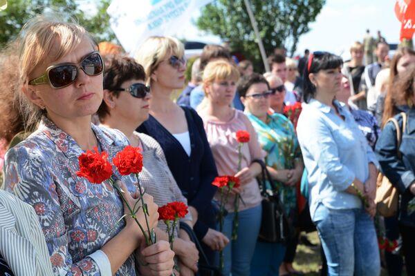 Участники траурной церемонии на месте гибели фотокорреспондента Международного информационного агентства Россия сегодня Андрея Стенина