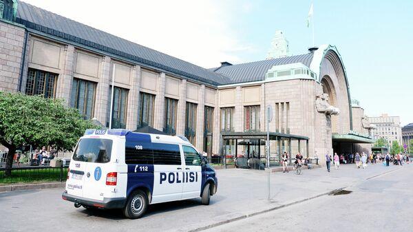 Автомобиль полиции у здания железнодорожного вокзала в Хельсинки