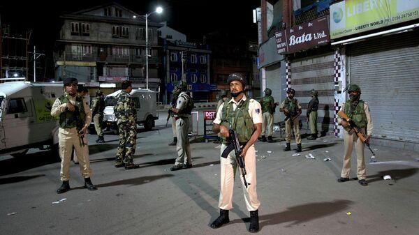 Индийские военные патрулируют город из-за напряженных отношений с Пакистаном