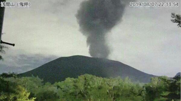 Скриншот видео с камеры Японского метеорологического агентства, на котором видно извержение горы Асама. 7 августа 2019