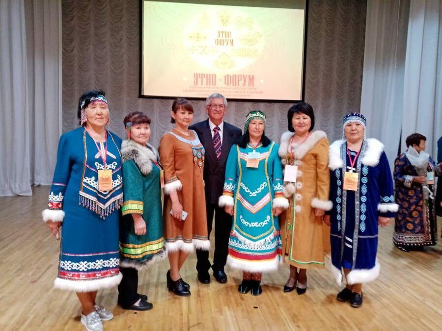 Екатерина Шмонина (крайняя слева) в национальном костюме