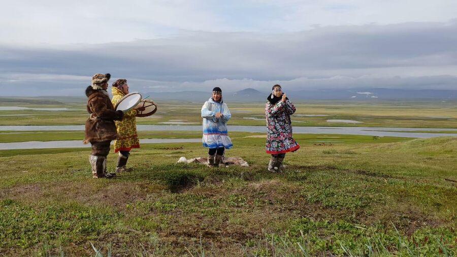 Мать и сестры Зои Туре танцуют национальный танец