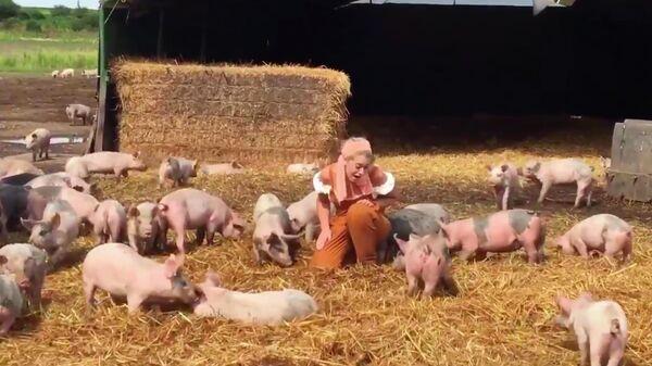 Скриншот видео, где Флер де Брэй поет поросятам