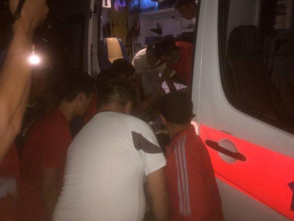 Доставка пострадавшего в машину скорой помощи на месте задержания экс-президента Киргизии Алмазбека Атамбаева