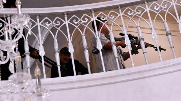 Вооруженные сторонники бывшего президента Кыргызстана Алмазбека Атамбаева в его доме в селе Кой-Таш во время спецоперации сил государственной безопасности