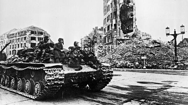 Советский танк в районе Шарлоттенбурга. Бои за Берлин