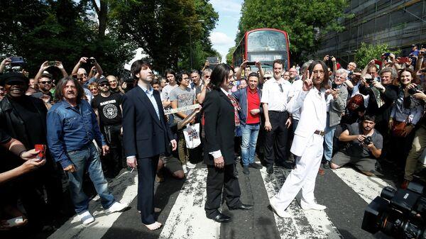 Фанаты отмечают 50-летие фотографии Beatles на Abbey Road, Лондон. 8 августа 2019