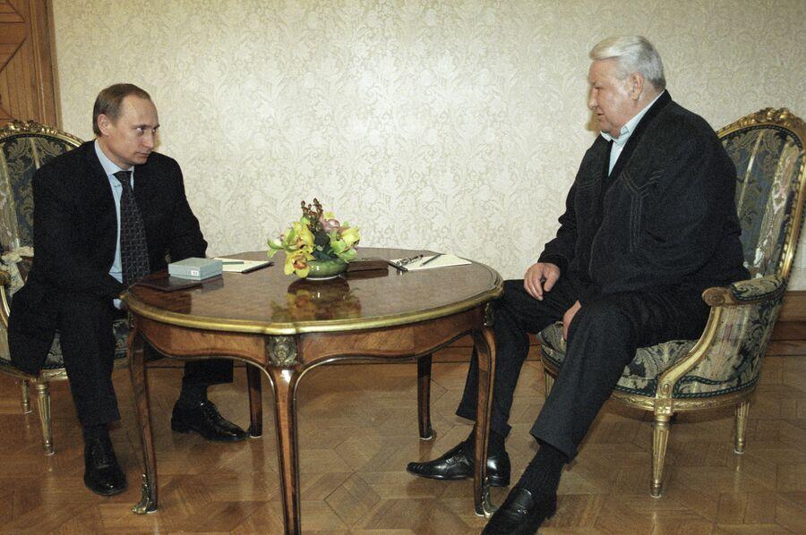 Первый президент России Борис Ельцин поздравляет и. о. президента Владимира Путина с победой в первом туре президентских выборов