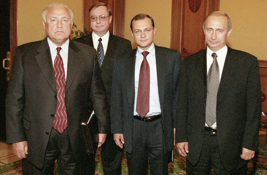 Премьер-министр РФ Владимир Путин на встрече с бывшими премьер-министрами РФ Сергеем Кириенко, Сергеем Степашиным и Виктором Черномырдиным