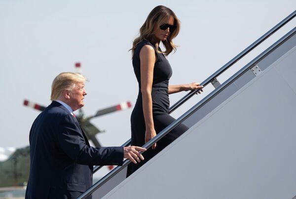 Президент США Дональд Трамп вместе с первой леди США Меланией Трамп возле самолета