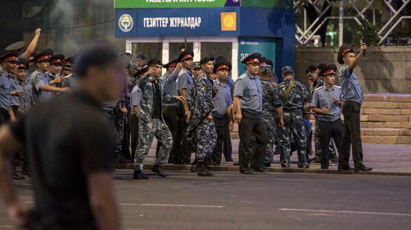 Сотрудники полиции во время столкновений со сторонниками экс-президента Киргизии Алмазбека Атамбаева на площади Ала-Тоо в Бишкеке