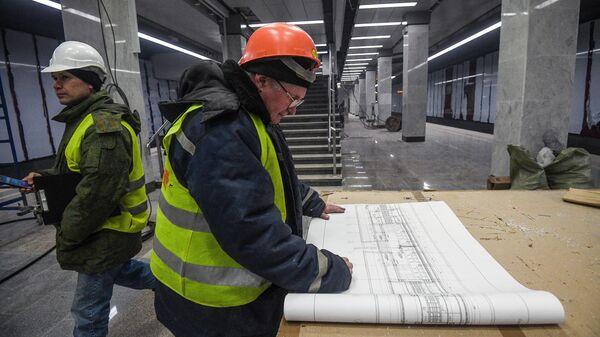 Инженер на строительстве станции Московского метрополитена Коммунарка на Сокольнической линии