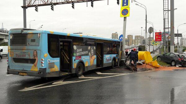 Последствия ДТП c участием рейсового автобуса, врезавшегося в мачту городского освещения на Ленинградском шоссе в Москве. 10 августа 2019