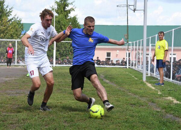 Александр Кокорин (справа)
