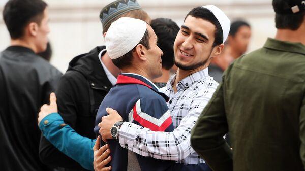 Мусульмане в день праздника жертвоприношения Курбан-байрам возле мечети Кул-Шариф в Казани